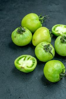 어두운 테이블에 아래쪽 보기 다진 토마토 신선한 토마토