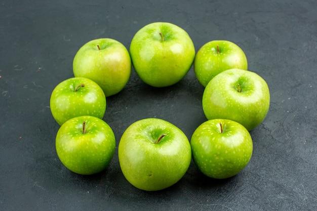底面図円列暗い表面の青リンゴ