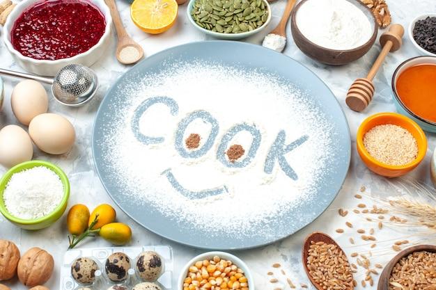 底面図青い丸皿の小麦粉と白いテーブルのその他のものに刻印を調理します