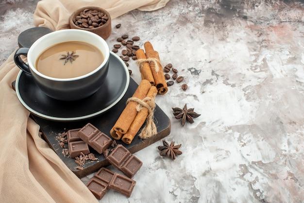 木の板にコーヒーチョコレートシナモンスティックの底面図カップは、テーブルのコピー場所に木製のボウルアニスでコーヒー豆を焙煎しました