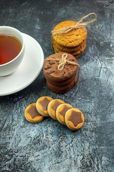 Vista dal basso di una tazza di biscotti da tè legati con una corda sul tavolo grigio