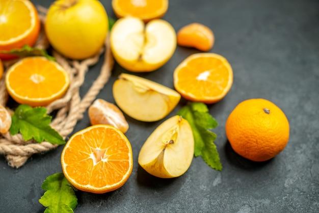 아래쪽 보기는 오렌지를 자르고 사과는 어두운 배경에서 오렌지를 자릅니다.