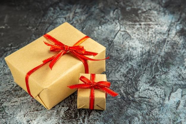 底面図さまざまなサイズのプレゼントは、暗いコピーの場所に赤いリボンで結ばれています