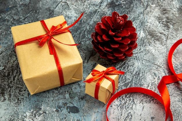 底面図さまざまなサイズのプレゼントは、暗い色の赤いリボンで結ばれています