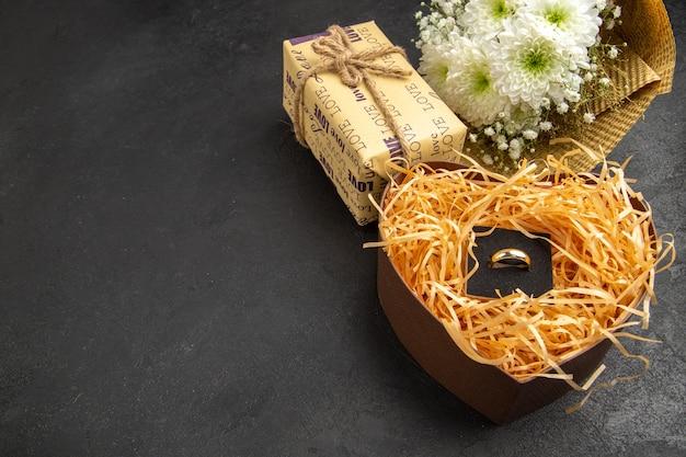 테이블 여유 공간에 하트 모양의 상자 선물에 바닥보기 꽃 꽃다발 약혼 반지