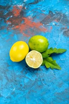 Вид снизу свежие лимоны на сине-красной поверхности свободного пространства