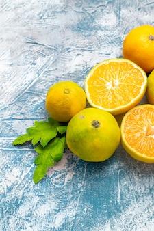 Вид снизу свежие мандарины на синей белой поверхности