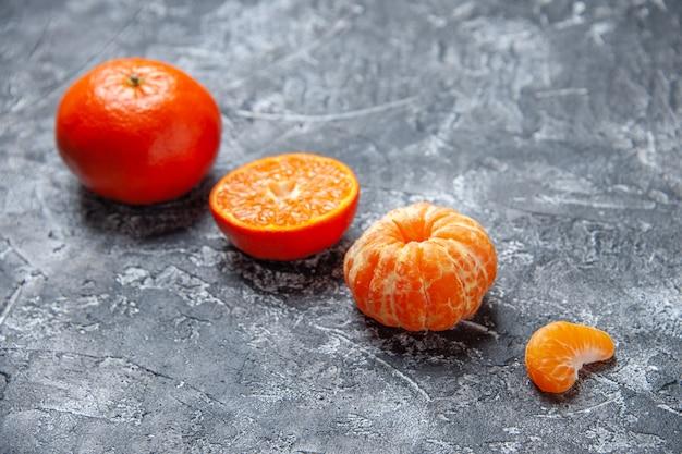 Vista dal basso mandarini freschi mandarini sbucciati sullo spazio libero del tavolo