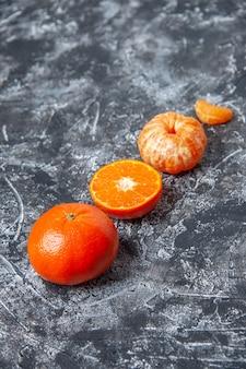 Mandarini freschi pelati vista dal basso sul tavolo con spazio libero