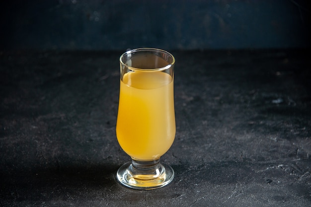 Вид снизу свежий ананасовый сок в стекле на темном фоне копировать место
