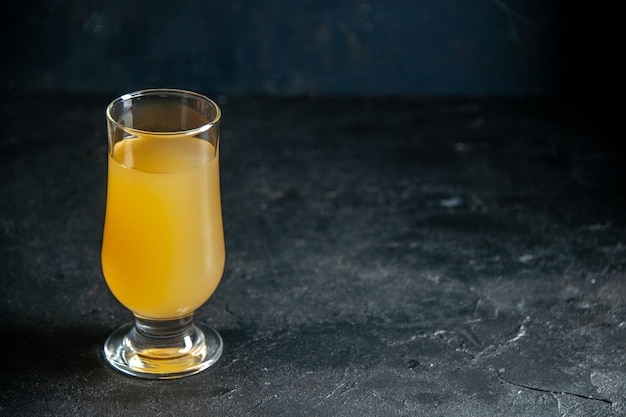 Вид снизу свежий ананасовый сок в стекле на темном фоне с местом для копирования