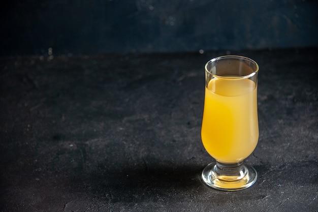 Вид снизу свежий ананасовый сок в стакане на темном фоне со свободным пространством
