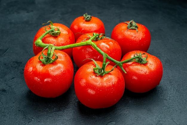 Vista dal basso pomodori rossi freschi sul tavolo scuro