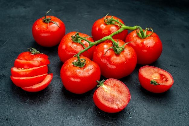 底面図新鮮なトマトの枝刻んだトマトを黒いテーブルに