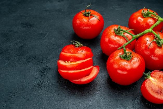 무료 장소가 있는 검은색 테이블에 있는 아래쪽 보기 신선한 토마토 지점