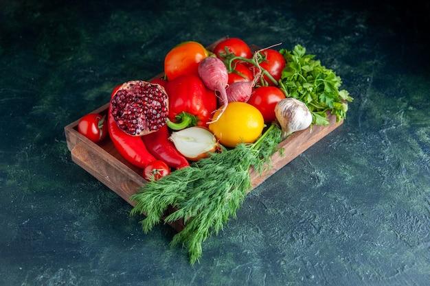灰色の木製ボード上の新鮮な野菜と半分ザクロの底面図