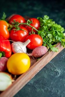 暗い木の板の上の新鮮な野菜の底面図