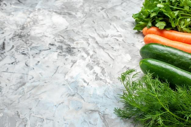 Verdure fresche vista dal basso su piatto ovale su spazio libero scuro