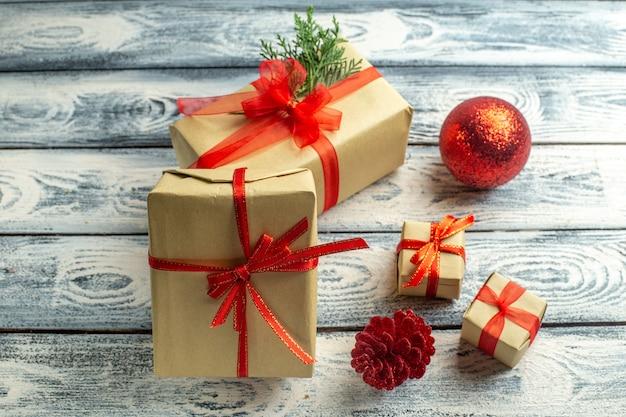 Vista dal basso scatole regalo piccoli regali albero di natale giocattoli su fondo in legno
