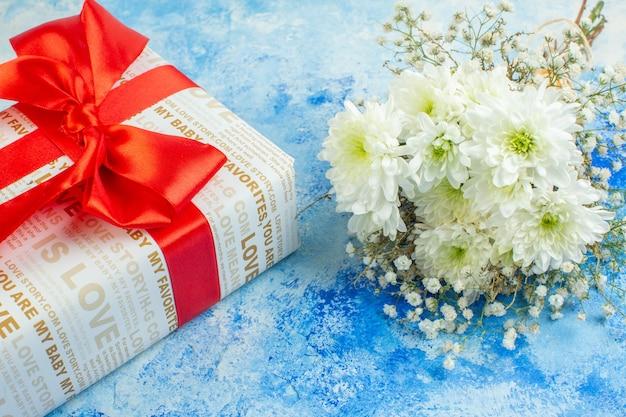 Вид снизу праздник подарки белые цветы на синем фоне