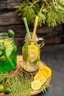 Лимонад с фейхоа и лимоном на деревянной доске, вид снизу, нарезанные лимоны и фейхоа на поверхности
