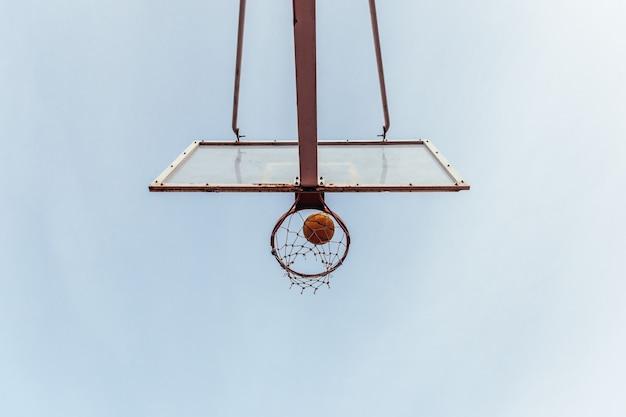 농구 바구니의 밑면. 후프를 통해 들어오는 공.