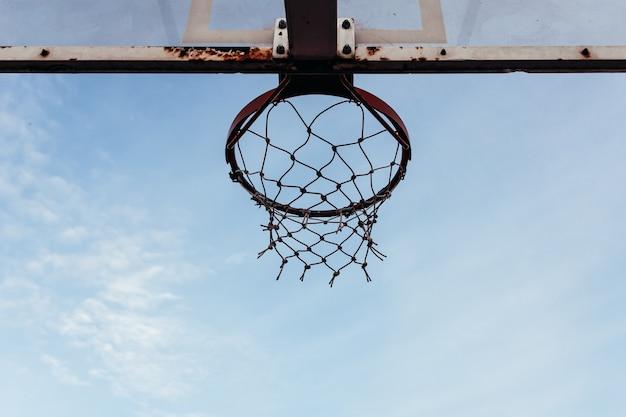 暗いバスケットボールのフープの底面図。