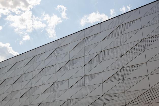 삼각형 패턴 및 둥근 개구부가있는 건물 벽의 저면도