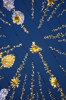 모스크바 중심부의 밤하늘을 배경으로 한 크리스마스 화환의 밑면
