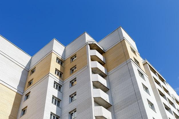 Вид снизу фасада современного многоэтажного дома