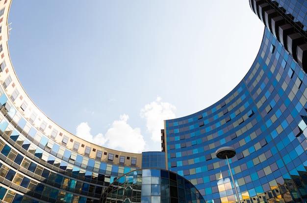 Вид снизу от отеля и бизнес-центра victoria olimp