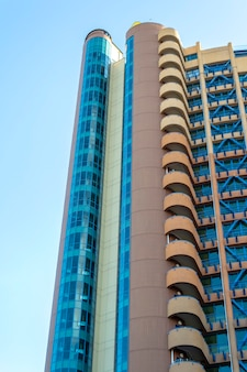현대적인 건물의 밑면. 화창한 날에 푸른 하늘 반대 마천루