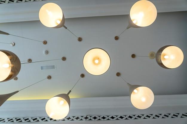 モダンなシーリングライトの底面図。照明装飾のコンセプト。モダンな吊り天井ランプ