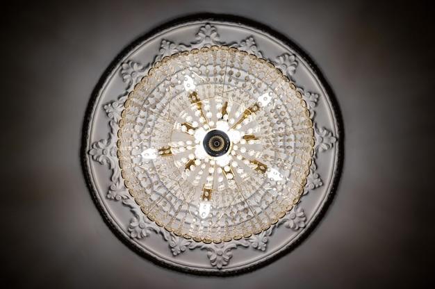 Круглая классическая люстра, вид снизу