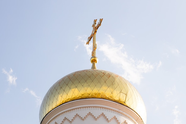上にクロスと光沢のある太陽に照らされたキリスト教教会ドームの底面図