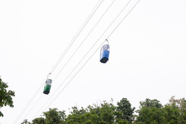 青いキャビンのある空中ケーブルカーの底面図。ケーブルカー