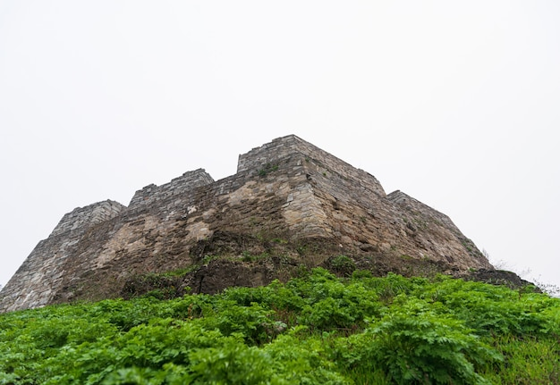 Вид снизу на оборонительную каменную крепость замка.