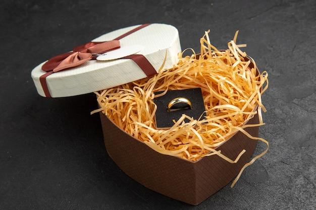 テーブルの上のカバーとハート型のボックスの底面図リングとストロー