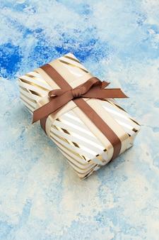 Regalo di san valentino vista dal basso su sfondo bianco blu grunge