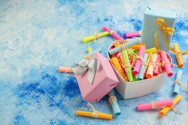 Вид снизу концепция дня святого валентина свиток пожелания бумаги в коробке в форме сердца подарки на синем фоне с местом для копирования