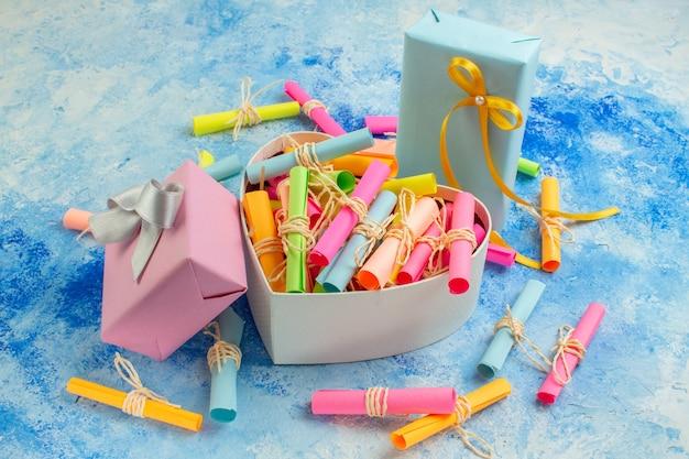 Вид снизу концепция дня святого валентина свиток пожелания бумаги в коробке в форме сердца праздничные подарки на синем фоне