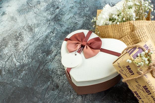 Вид снизу день святого валентина детали цветы в форме сердца коробка подарок на темном фоне свободное пространство