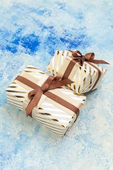 Вид снизу подарки на день святого валентина на синем и белом фоне с копией пространства