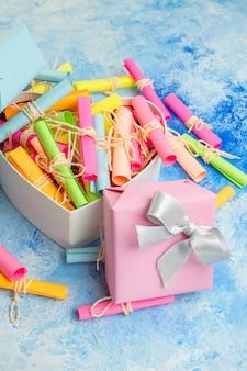 Вид снизу подарки на день святого валентина свиток пожелания бумаги в подарочной коробке в форме сердца на синем фоне