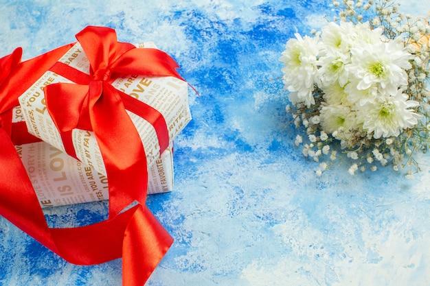 Вид снизу день святого валентина подарки белые цветы на синем фоне копировать место