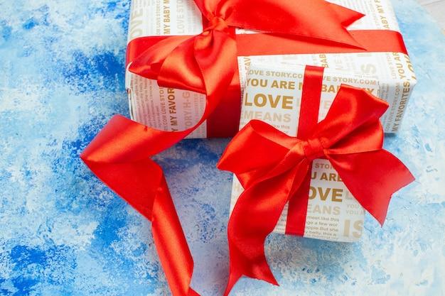 Вид снизу подарки на день святого валентина с красной лентой на синем фоне