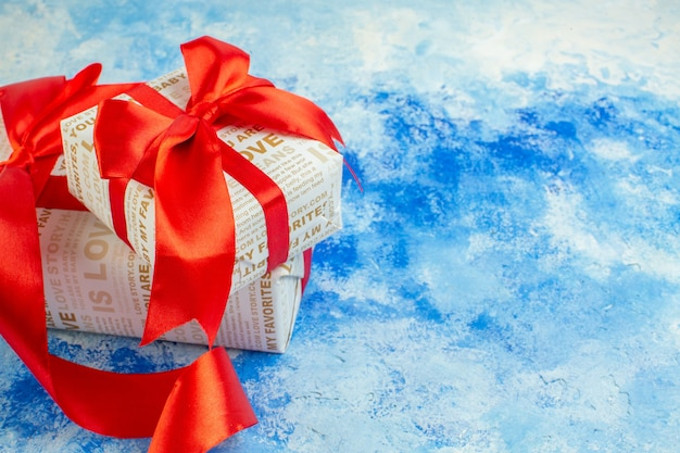 Вид снизу подарки на день святого валентина с красными лентами на синем фоне копировать место