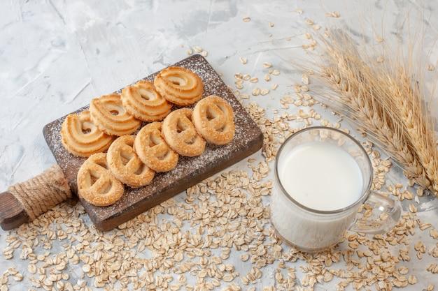 底面図まな板のさまざまなビスケット小麦のスパイク乳白ガラス散らばったオーツ麦テーブル