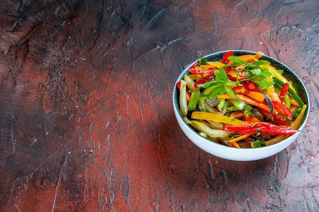 무료 장소와 어두운 빨간색 테이블에 그릇에 밑면 야채 샐러드