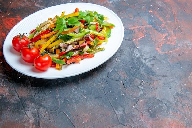 어두운 표면 복사 공간에 타원형 접시에 밑면 야채 샐러드